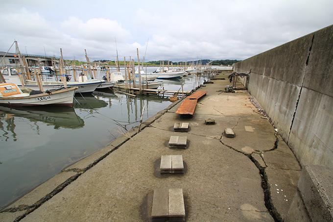 港にはまだ震災当時の爪あとが痛々しく残る。