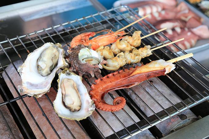 杉原功商店 浜焼きコーナーでは焼きたての海の幸を堪能できます。