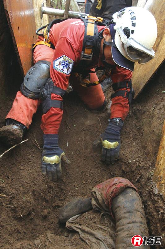 埋没要救助者は全身すべてがフリーになるまで慎重に掘り出す必要がある。