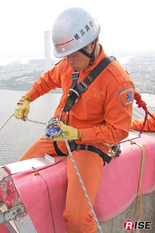 スタティックロープとストップを組み合わせた降下。降下前の確認もいつも以上に慎重になる。