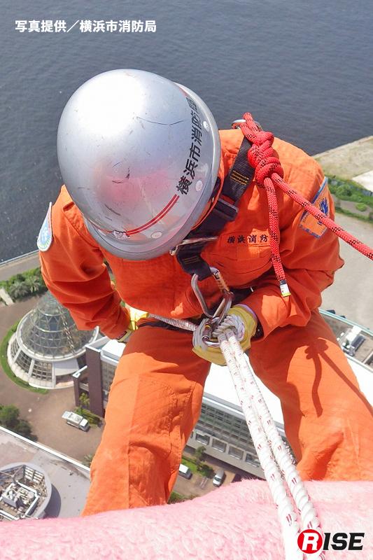 まず実施されたのは三つ打ちロープによる座席降下を実施。(写真/横浜市消防局)