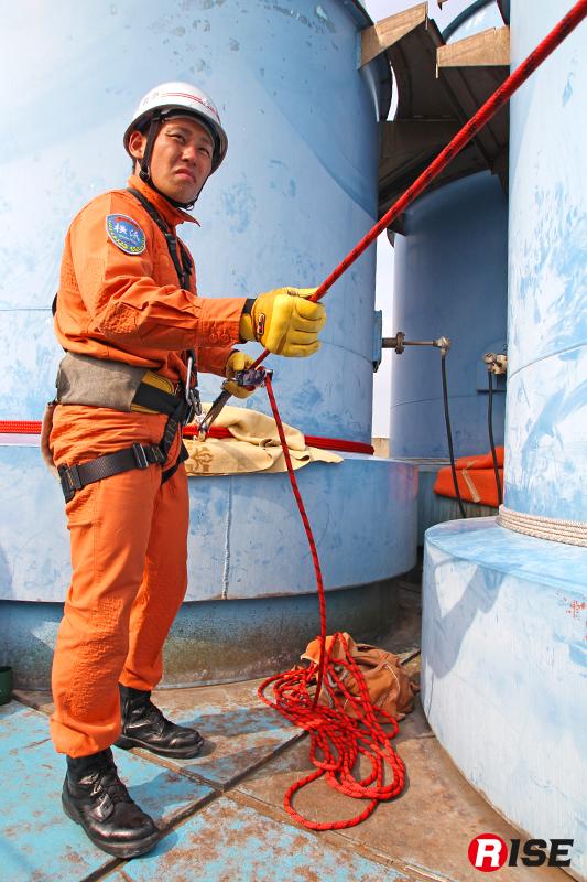 上部では煙突に確保ロープを設定し、器具を用いて実施。