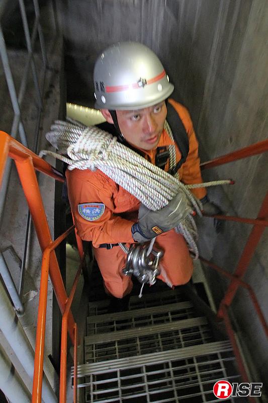 訓練を行うには地上130mまで資機材を携行して上らなければならない。これも重要な訓練だ。