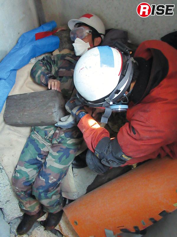 要救助者の救出にあたっては瓦礫の除去も必要。