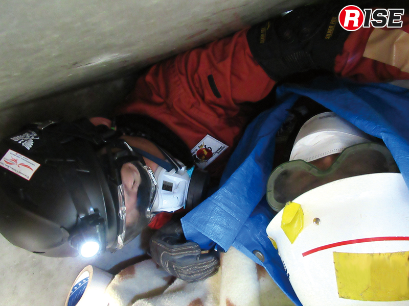 要救助者横にやっと入り込むことができるスペースでパッキングを実施。