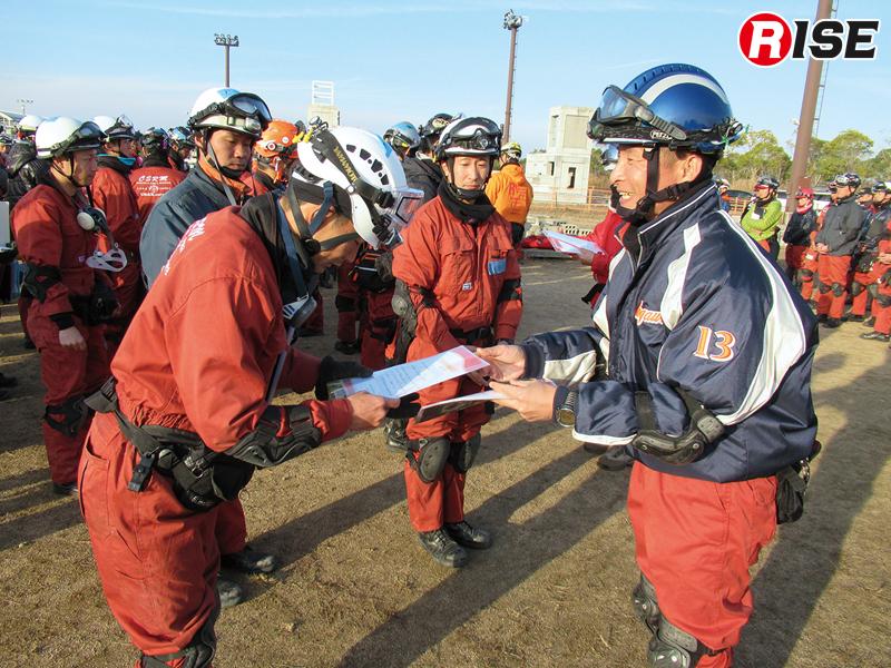訓練終了後に修了証が手渡される。