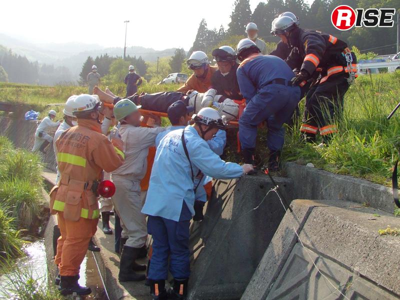 川に転落した要救助者を派遣隊と連携して救出する。