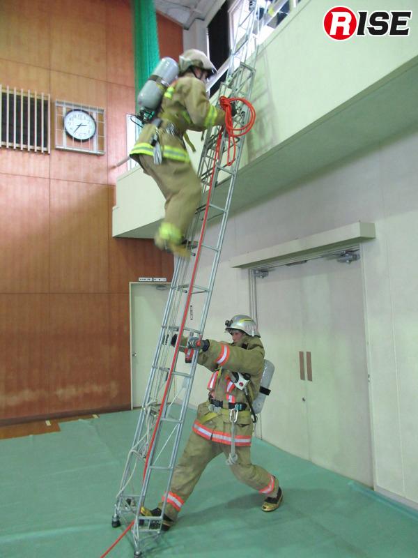 登梯後の動作に流れるように移行できるよう、三重もやいを手にしたまま登る。