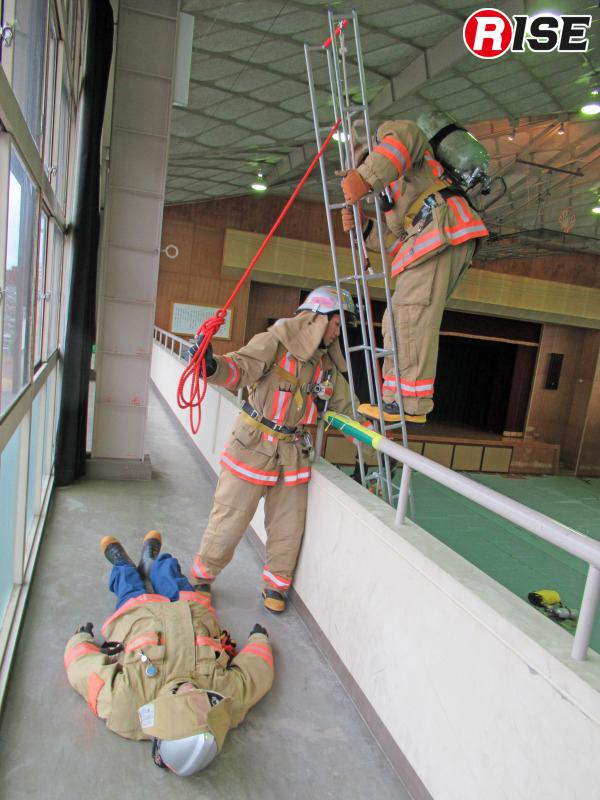 上部支点となる横桟にロープを通す。