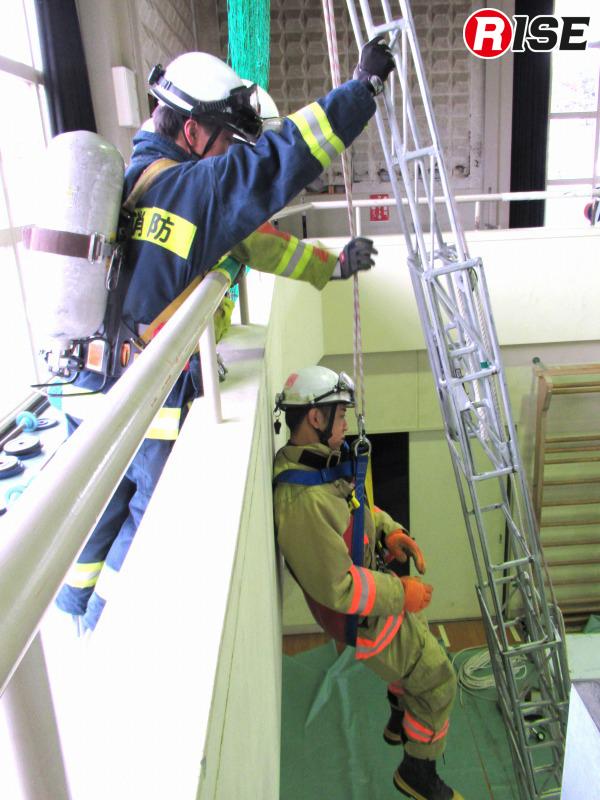 編み構造ロープによる応急はしごで、ピタゴールを使用したバージョン。