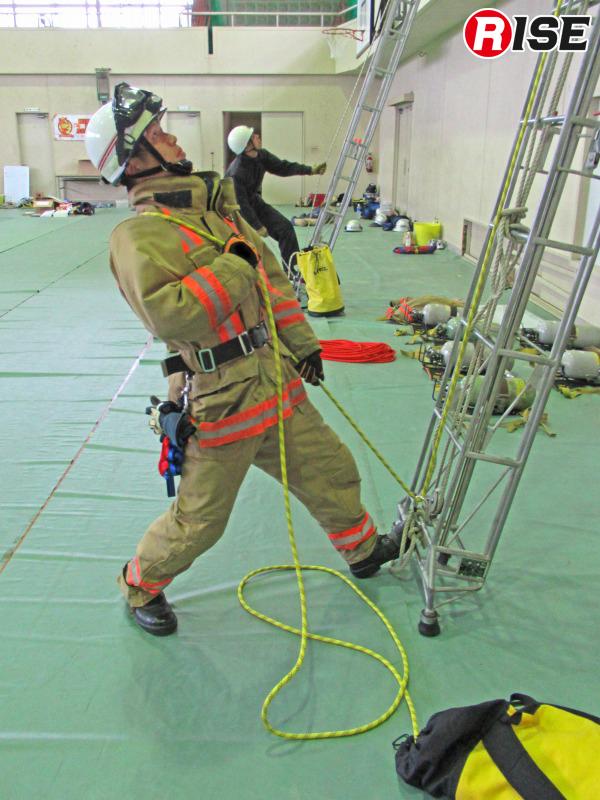 使用する編み構造ロープの伸び率やはしごでの抵抗を考慮した上で活動を行う。