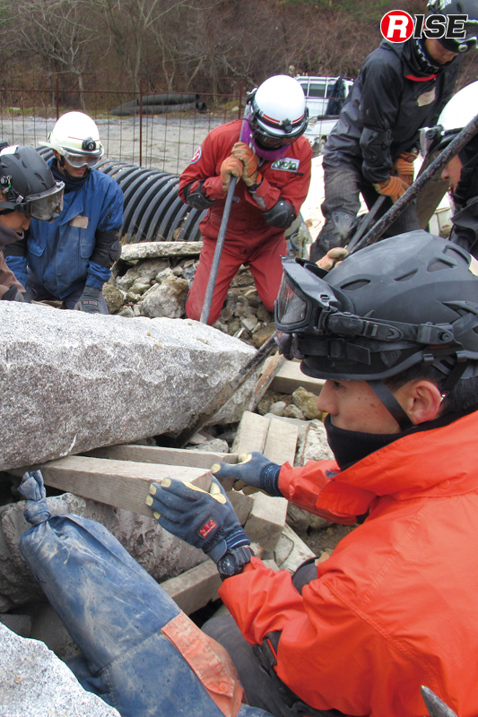 コンクリート柱の下敷きとなった要救助者の救出訓練。