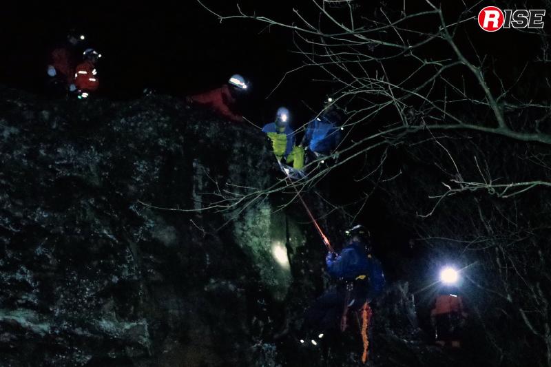 暗闇の中では要救助者や周囲の状況の把握が困難で、隊員間の意思疎通も難しい。