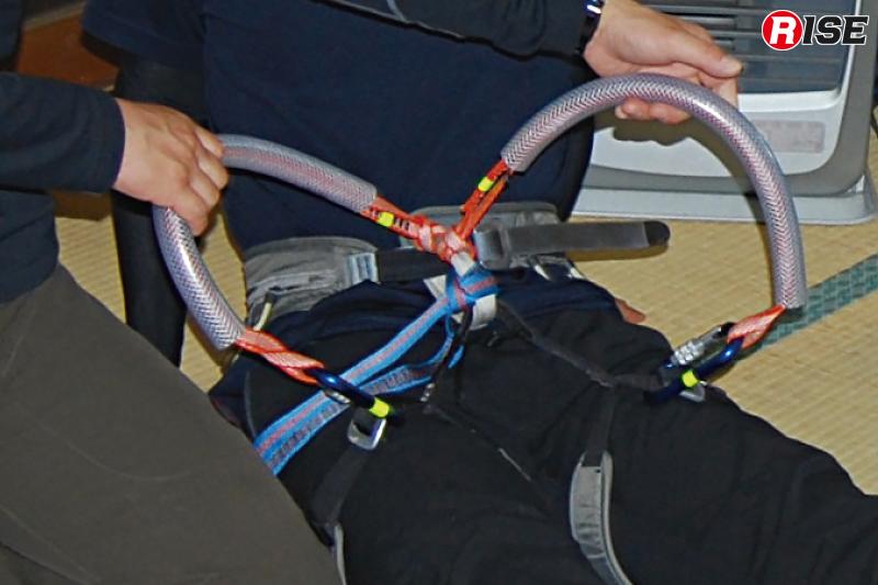 要救助者を背負って搬送するための工夫。オリジナルアイテムを作りハーネスなどを背負子として使用できるようにしている。