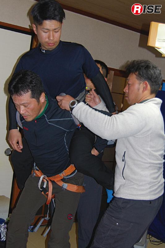 この方法を活用すると、立位のまま容易に搬送人員の交代を行える。