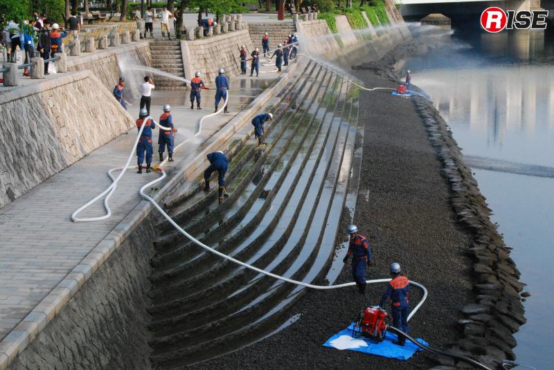 汚れなどを浮かせるため、事前に放水を実施する。