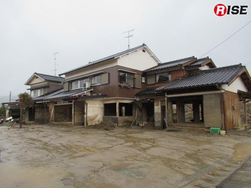 土砂に襲われた住宅。1階部分は土砂の流れにより破壊しつくされている。