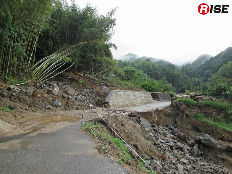 激しい雨を吸収しきれず崩れだし、土砂が道路を塞いでいたことがわかる。
