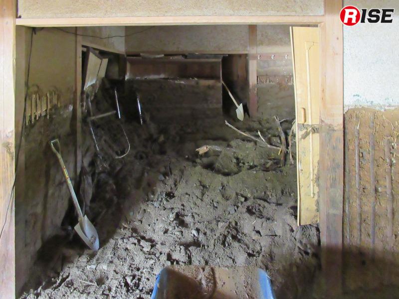 家屋内の土砂排除を行うべく被災家屋へ入る。室内は写真のようにまだ土砂に満たされた状態。