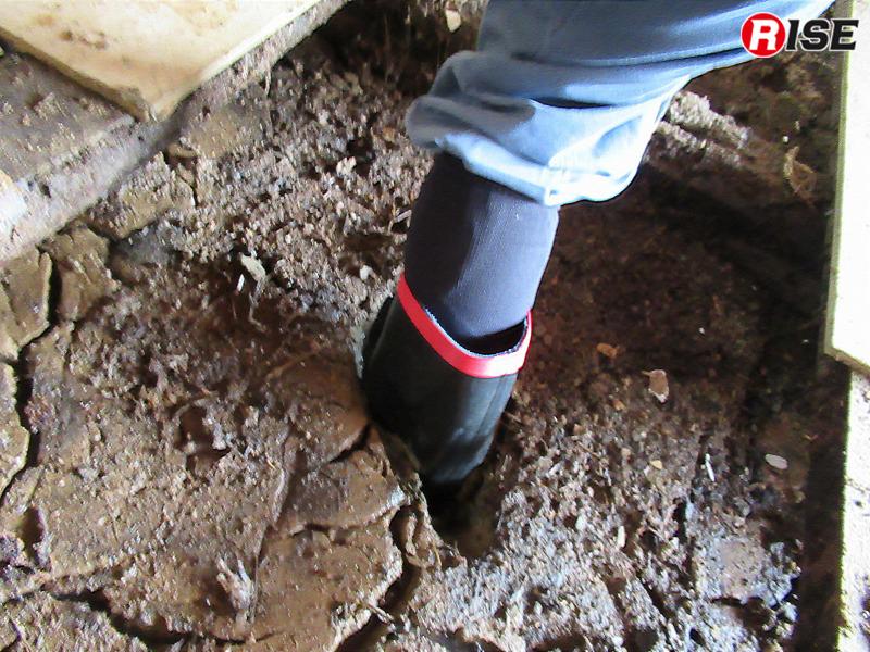 多く水気を含んだ土砂が足を取る。これも活動に時間がかかる要因のひとつだ。