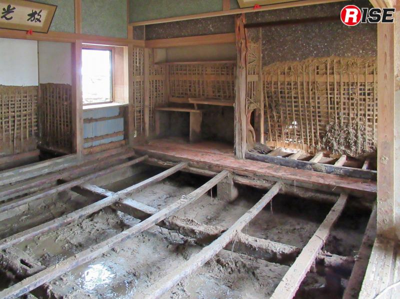 土砂の除去が済み、畳をはがした状態。床下にもまだ土砂が堆積している。