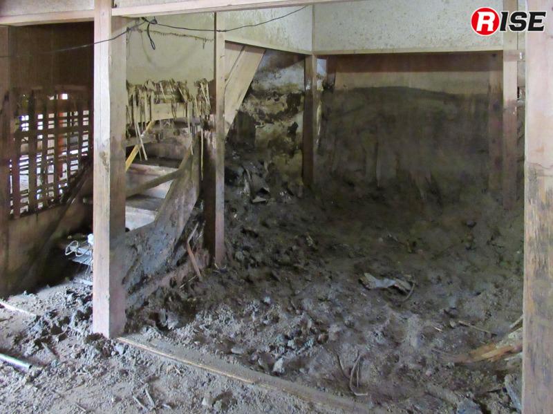土砂の流れの強さを物語るように、階段部分の壁が破壊されている。