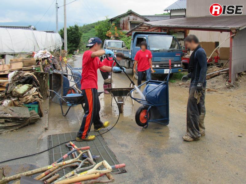 あっというまに16時の活動終了時刻を迎える。翌日の活動に備え、資機材に付着した土砂を除去しておく。