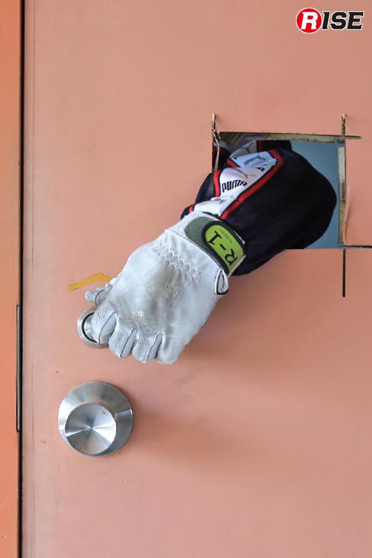 ドア開放の基本。開口部を作成して手を差し入れ内側から解錠する。