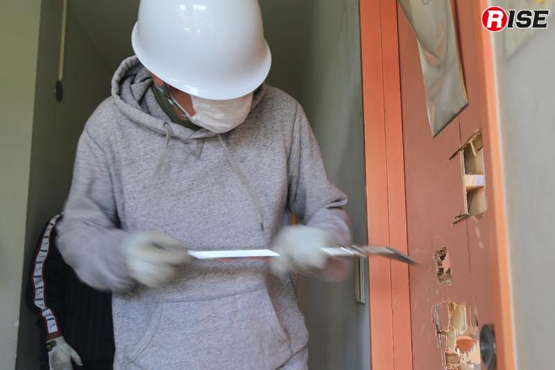 合板などで作られた中空ドアであれば、バールを突き刺し開口が可能。
