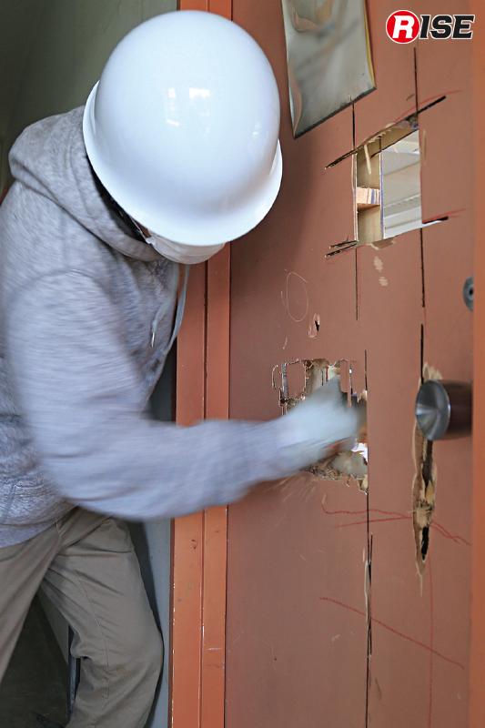 拳程度でも対応可能だが、室内側を探るためにも肩まで入る程度開口するのが基本。