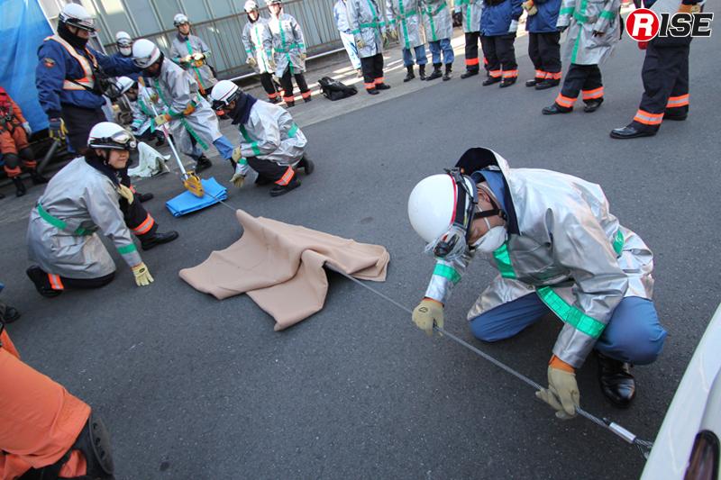 可搬式ウインチを用いた事故車両けん引の訓練。