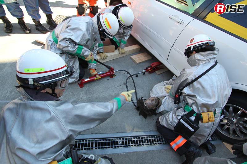 指揮者の的確な指示の元、要救助者に対するCPRや挟まれの解除などが並行して行われる。
