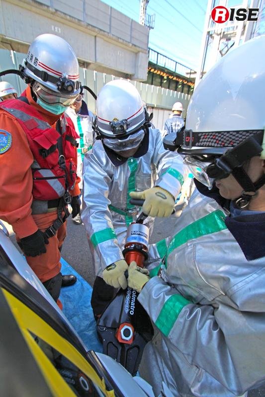 手動式大型油圧救助器具により事故車両のドア開放を実施。