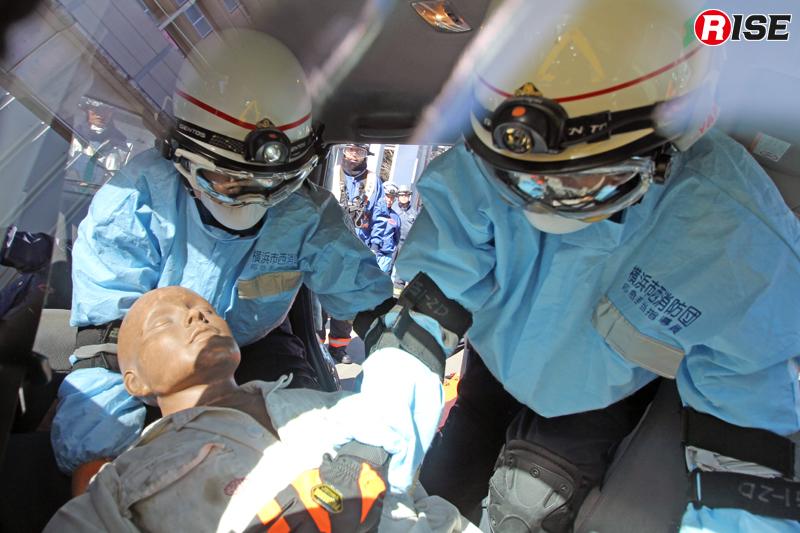 車両内に進入し、閉じ込められた要救助者へ接触を図る。