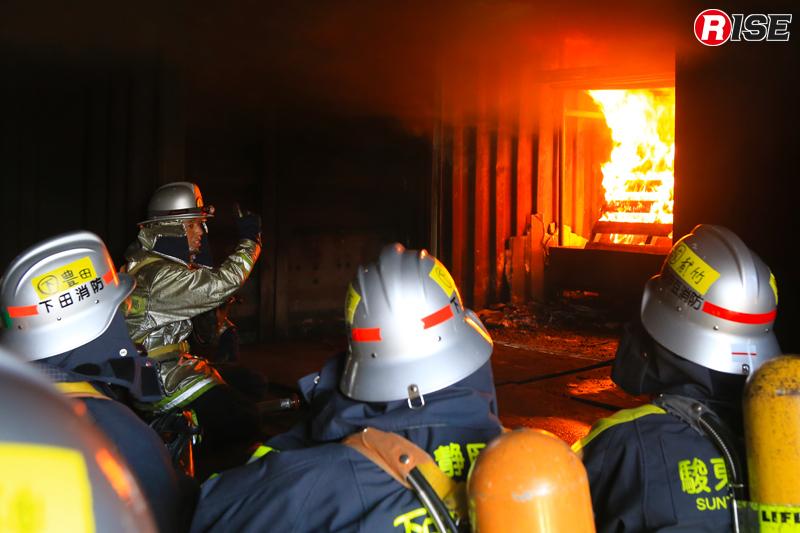 ガス、煙、炎の熱による上昇流の柱「プルーム」が天井に衝突し、「シーリング・ジェット」として横方向に広がる。