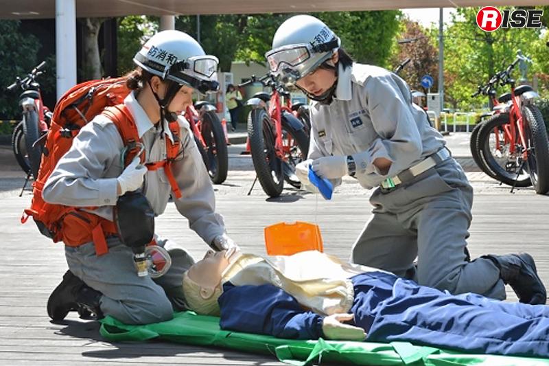 バックパックには応急手当用の救急セットを収めているが、他にもAEDなどを追加して救急対応に当たることも可能。