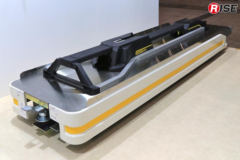 車内側から見た状況。電動ストレッチャーの「厚み」を考慮し、薄型設計となっている。