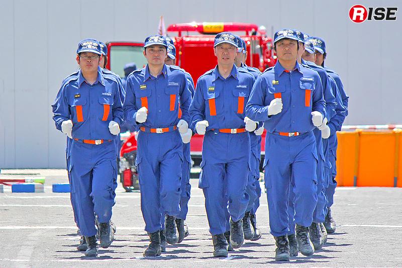 指揮者の指揮に従って整列、方向転換、行進、かけ足などのを行う小隊訓練。