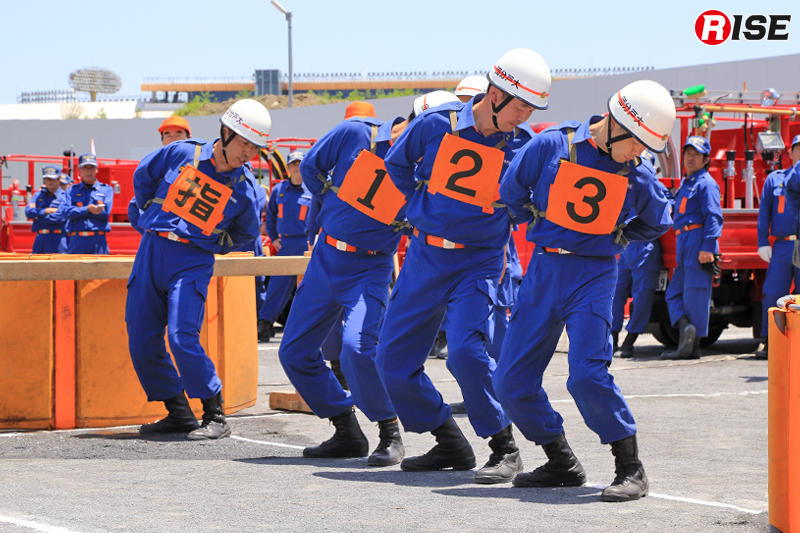 操法競技の部。待機線に並んだ選手たちが確認を行う。