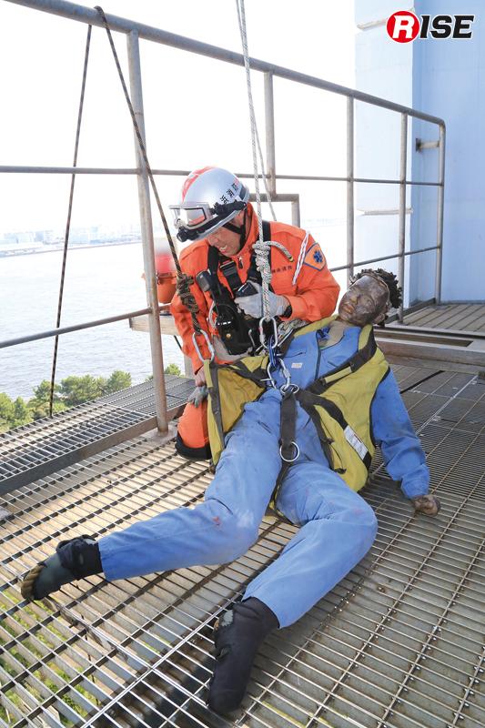 地上80m部分から進入し、要救助者に接触。縛着や誘導ロープの設定を行う。