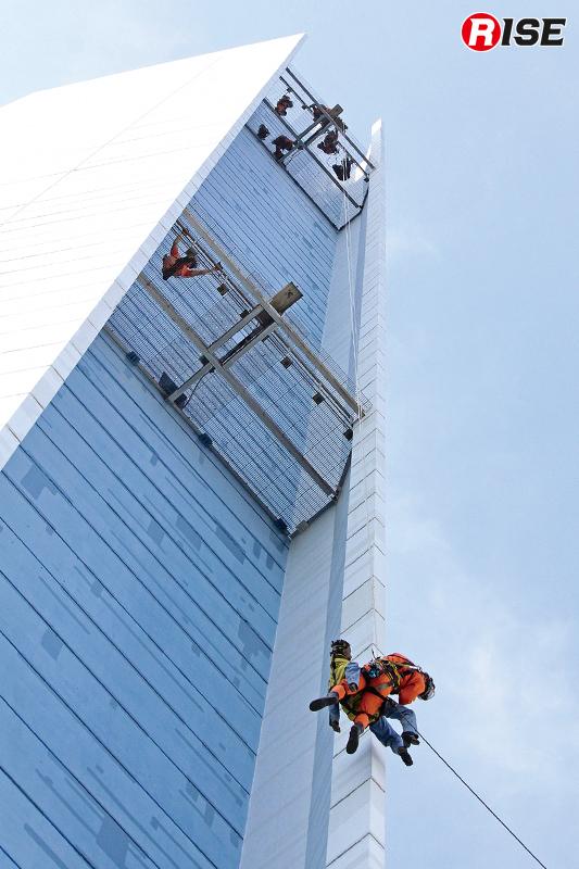 地上40m部分で要救助者と接触。そして救出を行う地上へ救出する。