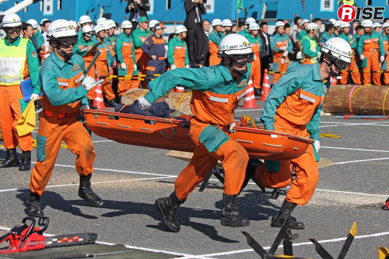 要救助者を舟形担架に収容し、ゴールへ向け走る。