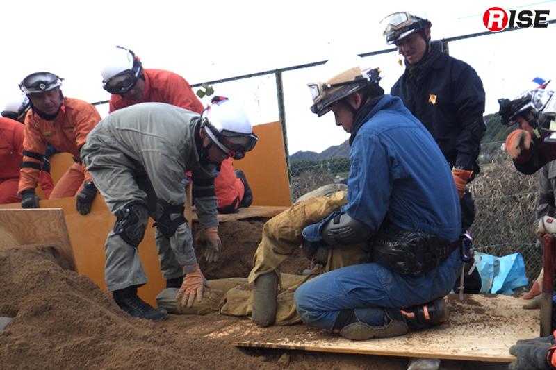 しっかりと土砂を掘り進め、要救助者を救出。