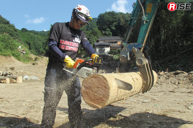 対象物に対し直角に刃をあて、垂直に下す。丸太が両持ちの場合はバーが挟まってしまうことがあるので工夫が必要。