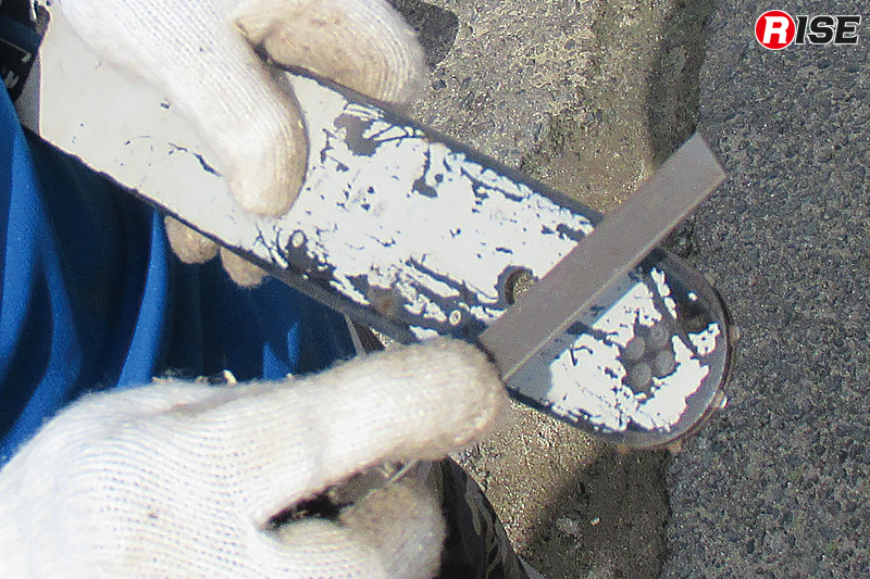 使用しているとブレードにもバリが出る。それを削り落とす。