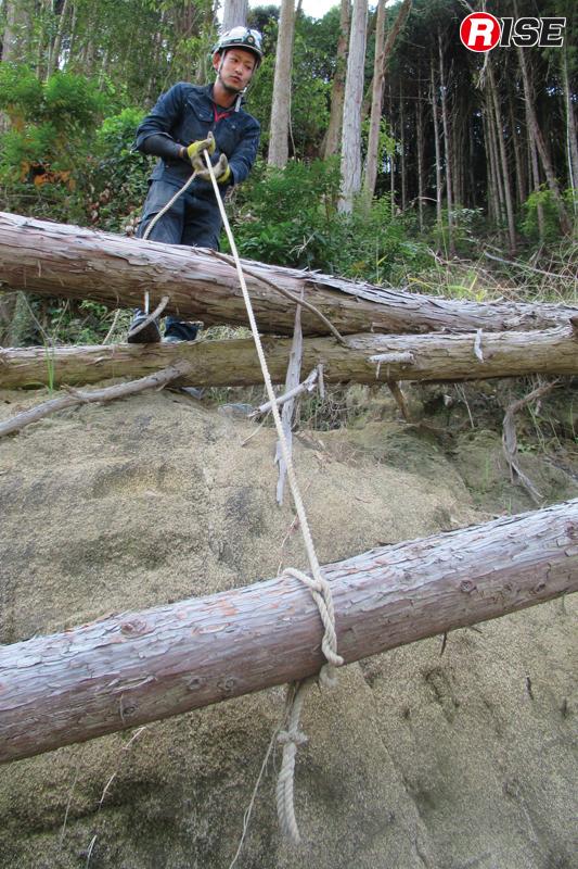 切断時に落下や跳ね返りなどが予想される場合は、ロープで固定しておく。