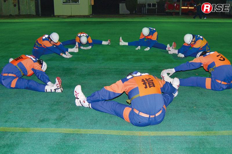 訓練を前にまずは柔軟などを行い身体をほぐす。