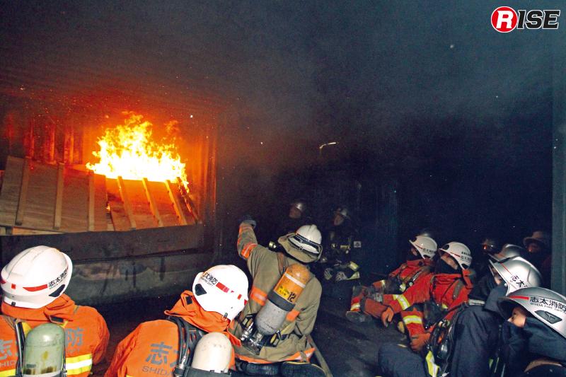 木製パレット7枚を燃焼させ室内の環境変化に注目する。