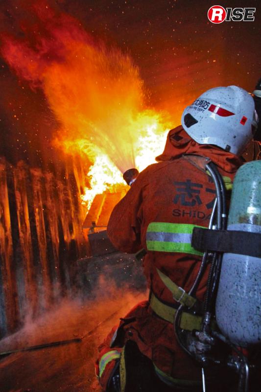 ガスクーリングを行う。床面も輻射熱により高温となり蒸発しきらなかった消火水が床に落ちそこで水蒸気に化ける。