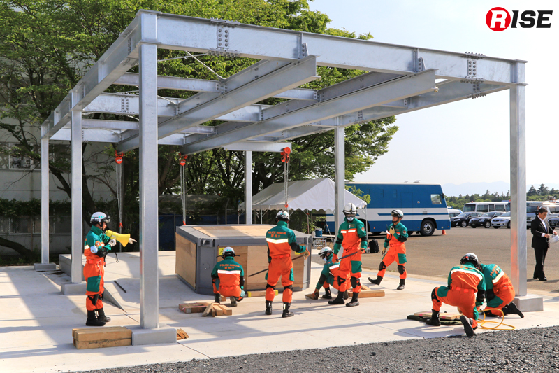 重量物安定化の訓練展示。傾斜部に置かれた可変式訓練ユニットを水平にする。